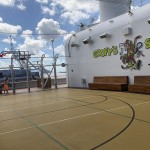 Goofy's Sports, área de esportes do Disney Dream com quadra de basquete, tênis de mesa, pembolim, mini-golf e simuladores eportivos