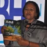 Governadora Fátima Bezerra mostra a revista de bordo da Azul com a capa de São Miguel do Gostoso