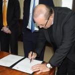 Ibaneis Rocha, governador do DF, assinou o documento do Stopover