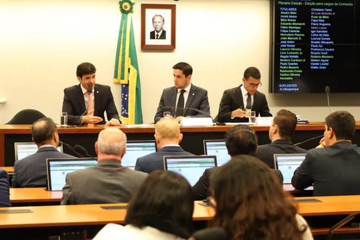 Ministro fala aos parlamentares presentes, ao lado do deputado federal Rafael Mota, que presidiu o colegiado em 2018. (Foto: Roberto Castro/MTur)