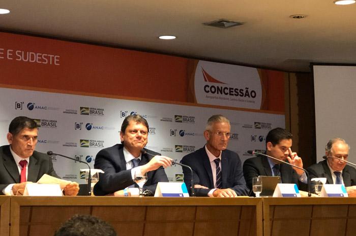 Ministros Santa Cruz, da Secretaria de Governo e Tarcisio Freitas, da Infraestrutura, com os vencedores da quinta rodada de concessões