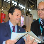 Otávio Leite, secretário de Turismo do RJ, mostrou o material que está sendo distribuído ao governador do RJ, Wilson Witzel