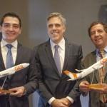 Paulo Kakinoff, presidente da Gol, com Guilherme Avilla, prefeito de Barretos-SP, e Gilson de Souza, prefeito de Franca-SP, durante o lançamento de voos da companhia para as duas cidades.