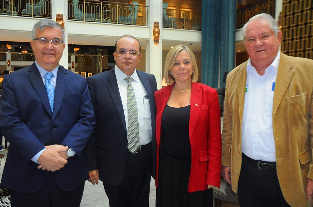 Pedro Rodrigues, secretário Especial de RI, Ibaneis Rocha, governador, e Vanessa Mendonça, secretária de Turismo do DF, com Roy Taylor, do M&E