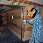 Personagens caminhando pelo navio são uma atração recorrente. Na foto Pateta sonambulo anda pelos corredores
