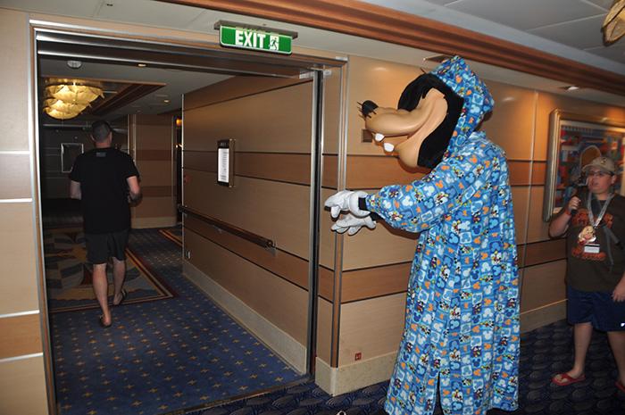 Personagens caminhando pelo navio são uma atração recorrente. Na foto Pateta sonambulo anda pelos corredores.