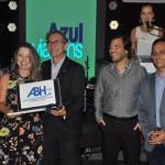 Poliana Vieira, da Master Turismo, foi a segunda colocada e recebeu um notebook, entregue por Marcelo Queiroz, presidente da Fecomercio-RN