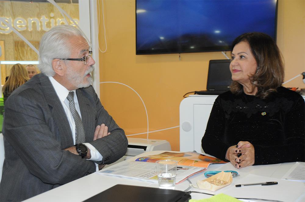 Roberto Jaguaribe, embaixador do Brasil na Alemanha, e Teté Bezerra, presidente da Embratur, em reunião no estande do Brasil