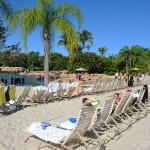 Ambiente de praia com areia branca e espreguiçadeiras por todo o Discovery Cove