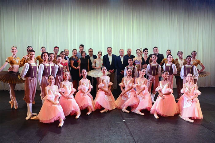 Ao centro, Claiton Armelin, Paula Rorato e Fernando Del Cistia com os bailarinos da Escola Bolshoi e os executivos do Convention & Visitors Bureau de Joinville e Região