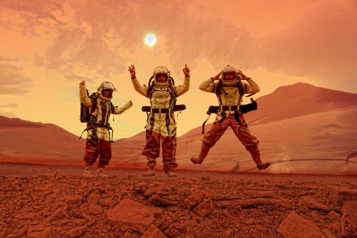 Convidados experimentam vestimentas de astronautas no Parque Nacional de Massada