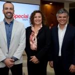 Dunia Gutiérrez, da Special Tours, entre Rafhael Magalhães e Edson Akabane, da Visual Turismo