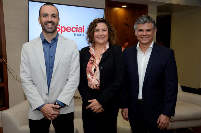 Dunia Gutiérrez, da Special Tours, entre Raphael Magalhães e Edson Akabane, da Visual Turismo