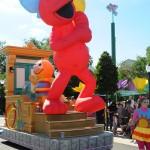 Elmo ganha destaque no último carro da parada