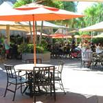 Espaço para os clientes realizarem suas refeições logo ao lado do restaurante principal