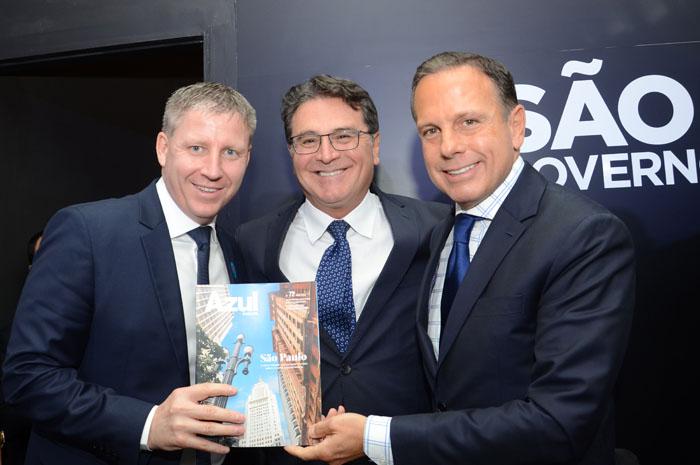 Jonh Rodgerson, juntamente com Vinicius Lummertz, secretário de Turismo de São Paulo, e João Doria, governador de São Paulo, durante o anúncio de novos voos para Araraquara e Guarujá
