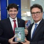 Lummertz entrega seu livro para o ministro do Turismo