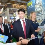 Ministro recebe a edição da WTM-LA feita pelo M&E