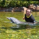 Pedro Menezes, do M&E, participou da interação com os golfinhos