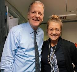 Comissária derruba bandeja de bebidas no CEO da American durante voo