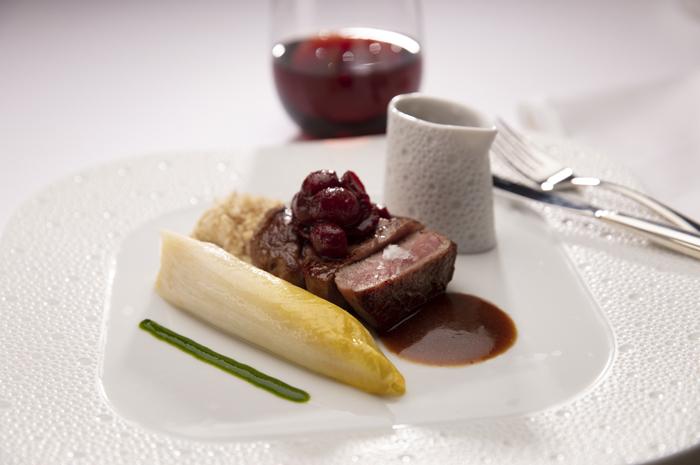 Lombo de Vitela com Endívia Caramelizada, Chutney de Uva e um Molho de Noz de Vitela Jus do restaurante Chartreuse