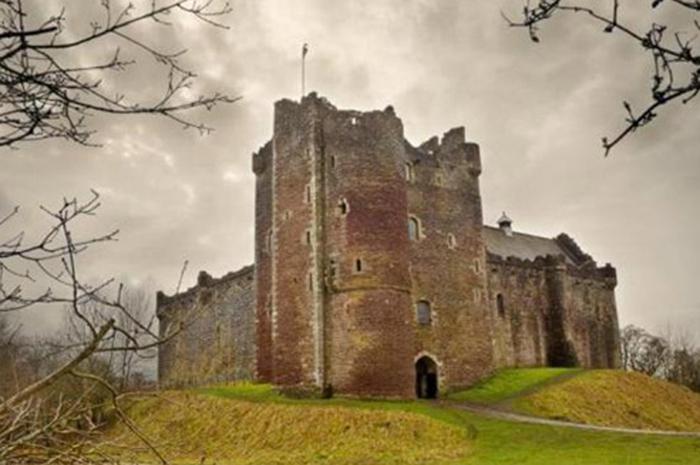 O Castelo de Doune localiza-se próximo à aldeia de Doune, no distrito de Stirling, na Escócia central