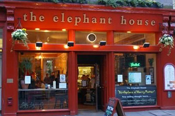 The Elephant House fica na George IV Bridge, número 21, praticamente ao lado do Museu Nacional da Escócia (National Museum of Scotland)