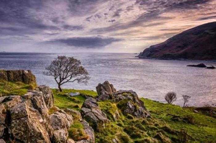 Murlough Bay, no Condado de Antrim, Irlanda do Norte é uma baía na costa norte da Irlanda do Norte entre Fair Head e Torr Head