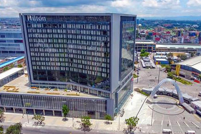 Com 410 quartos, o Hilton Bogotá Corferias representa o primeiro hotel de serviço completo localizado dentro do Distrito Internacional de Férias e Convenções de Bogotá