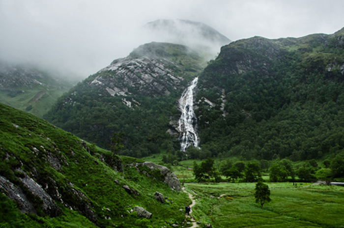 A Steall Falls está situado em Glen Nevis perto de Fort William, Highland, na Escócia
