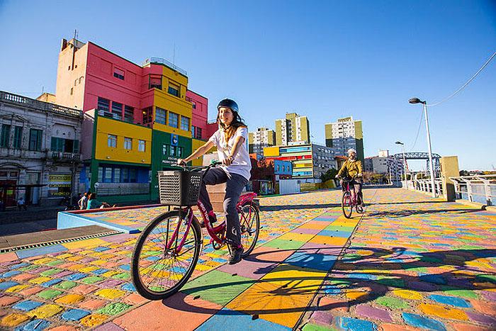 Turistas andando de bicicleta na região de La Boca