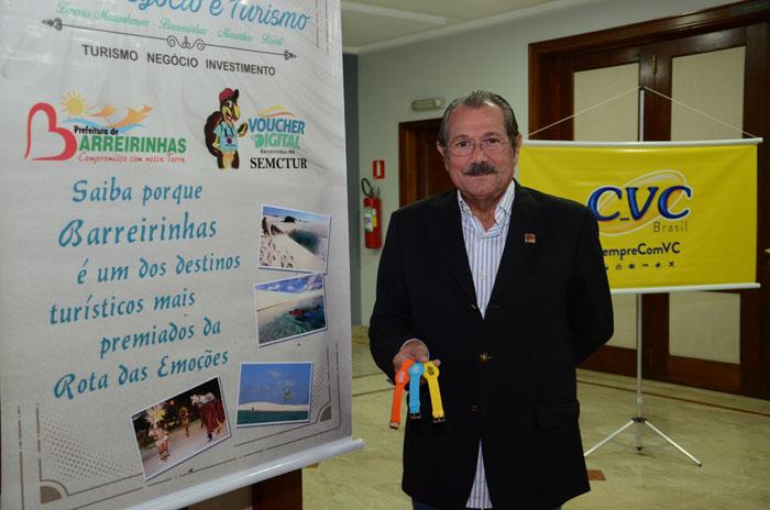 Albérico Filho, prefeito de Barreirinhas, com as pulseiras do Voucher digital.