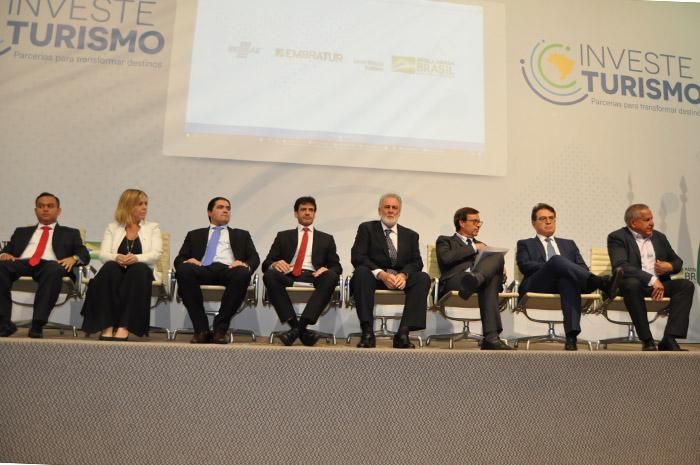 Autoridades presentes no lançamento do Investe Turismo