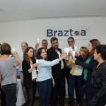 Membros do conselho e equipe da Braztoa se uniram em um brinde.