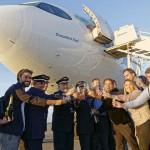 Equipe da Azul responsável pelo voo brindaram a chegada da aeronave