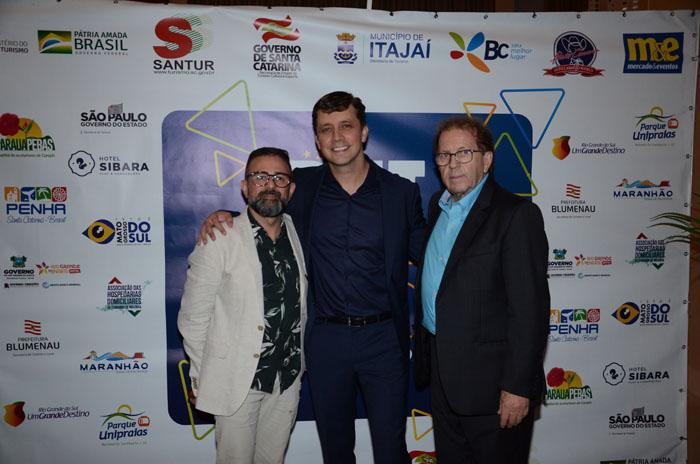 Geninho Goes, da BNT, Fabricio Oliveira, prefeito de Balneário Camboriú, e Valdir Walendowsky, secretário de Turismo de Balneário Camboriú