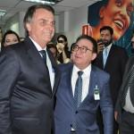 Jair Bolsonaro cumprimenta Manoel Linhares, presidente da ABIH