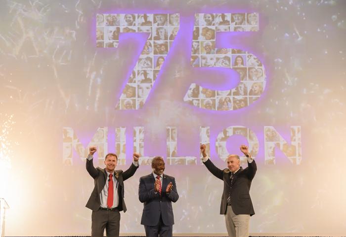 O prefeito de Orlando, Jerry Demings, entre Adrian Jones e George Aguel, do Visit Orlando