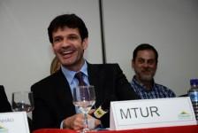 Ministro do Turismo tira licença do cargo por dez dias