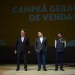 Rogerio Siqueira, Roberto Vertemati e Clever Avila, diretores do Beto Carrero, foram responsáveis pela entrega do prêmio de Campeão Geral de Vendas