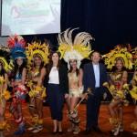 Virlene Camargo, secretária de Turismo de Barreirinha, e Fernando Castelo Branco, com bailarinas do Bumba Meu Boi