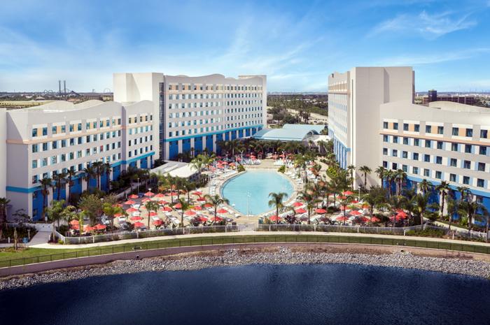 O primeiro hotel da categoria value do destino apresenta suítes de 2 quartos, benefícios exclusivos dos parques temáticos, piscina em formato de prancha de surfe e praça de alimentação casual – tudo a preços acessíveis