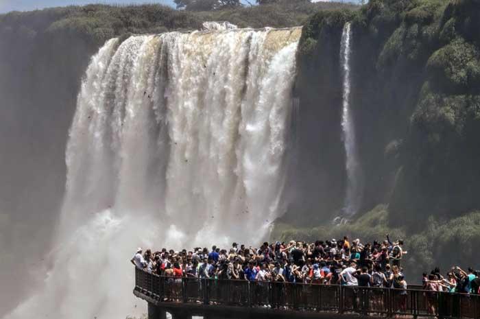 Movimento foi 85% superior ao mesmo período do ano passado. 31.572 pessoas visitaram as Cataratas do Iguaçu nesse feriado