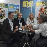 Benedito Braga, da Setur-BA, e Valdir Walendowsky, de Balneário Camboriú, com Rosa e Mari Masgrau, do M&E