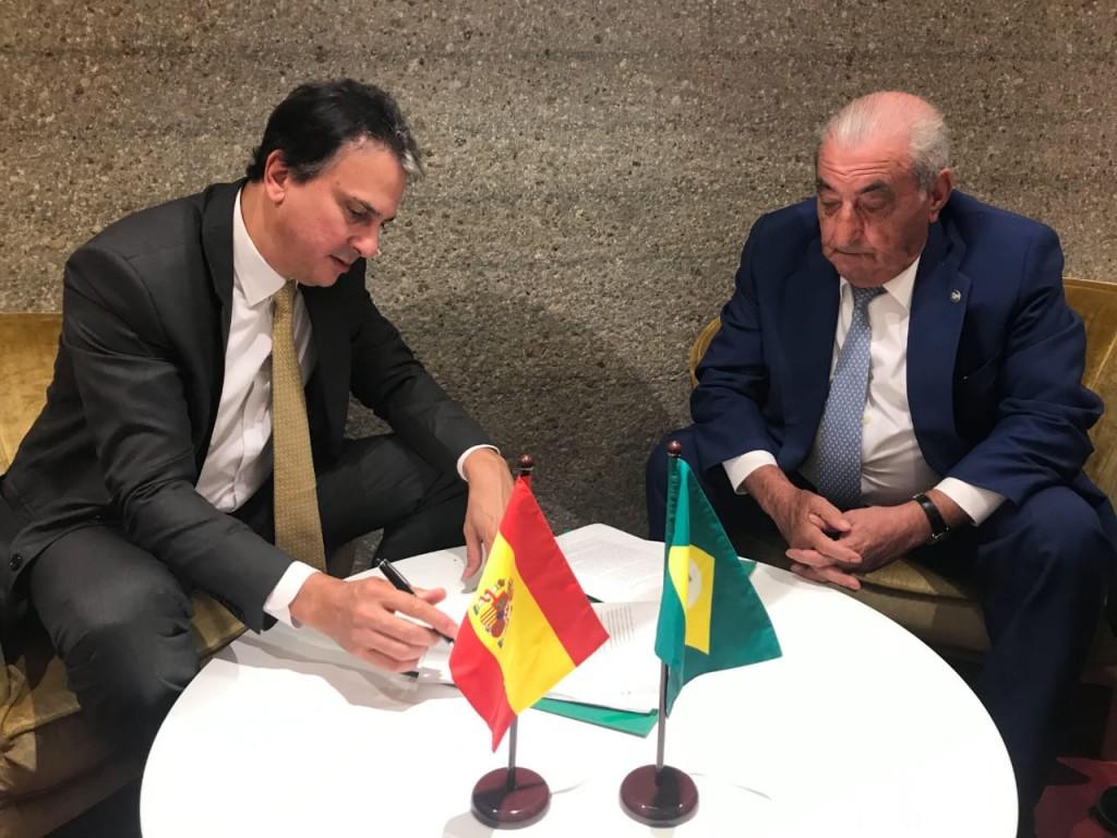 Camilo Santana e Juan José Hidaldo assinam acordo para novo voo da Air Europa. Foto: divulgação