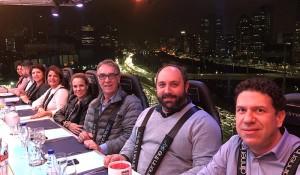 Aviva leva clientes corporativos para um jantar a 50 metros de altura em SP; fotos