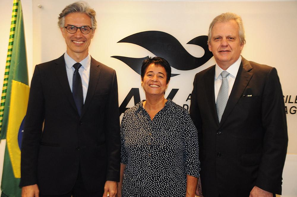Cristina Fritsch, presidente da Abav-RJ, com Marco Ferraz, presidente da Clia Brasil, e Edmar Bull, da Copastur e ex-presidente da Abav Nacional