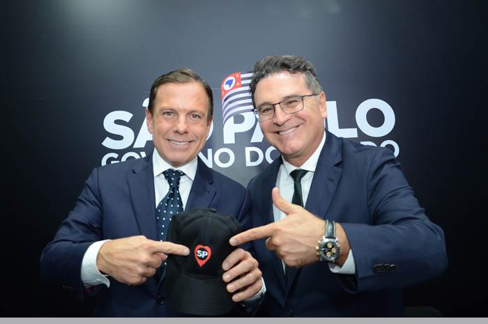 Governador João Doria Junior e secretário Vinicius Lummertz mostram a nova marca de turismo do estado