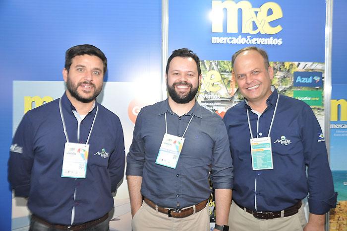 Marcell Diniz, da Plus Travel representante do Malai Manso no PR, entre Ícaro Chamon e Ricardo Gouveira, gerente e diretor de Vendas do Malai Manso