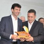 Marcelo Álvaro Antônio recebe homenagem do Festival das Cataratas das mãos do secretário de Foz, Gilmar Piolla